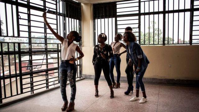 Студентки-первокурсницы университета Бени