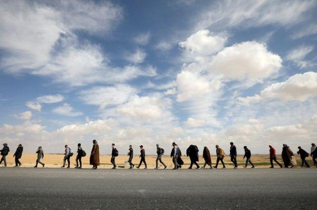 ဂျော်ဒန်နိုင်ငံ မြို့တော် အာမန်ရဲ့ တောင်ဘက်မှာ ရှိတဲ့ အက်ကာဘာမြို့မှာ အလုပ်အကိုင် ရရှိဖို့ လူတွေ စီတန်း ဆန္ဒပြနေကြပါတယ်။