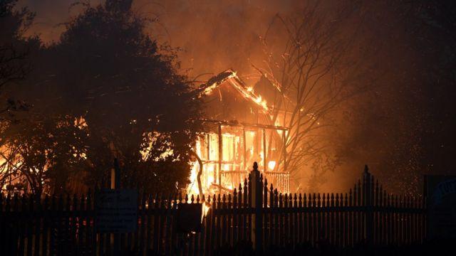 house burns in Gosper Fire near Sydney, 21/12