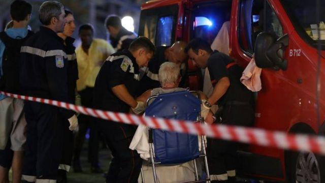 負傷した女性を助ける救急隊員