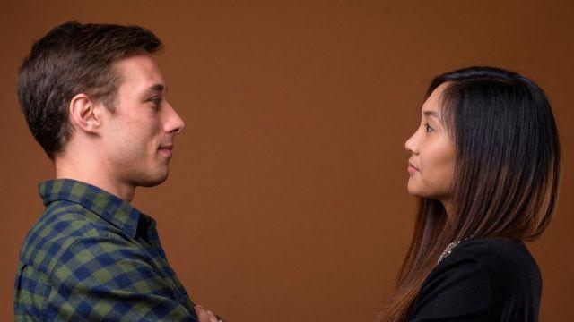 Homem e mulher se olhando no olho