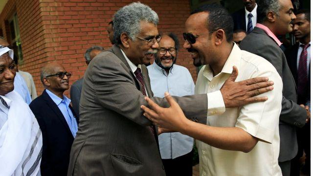 أحمد آبي وأحد عناصر المعارضة السودانية