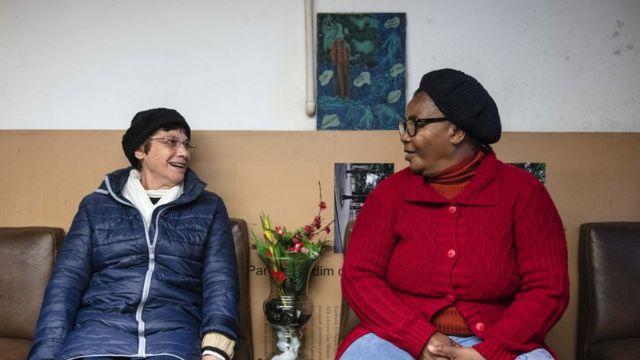 A freira Regina Célia Coradin (à esq.) e Cleone dos Santos (à dir.), da ONG Mulheres da Luz
