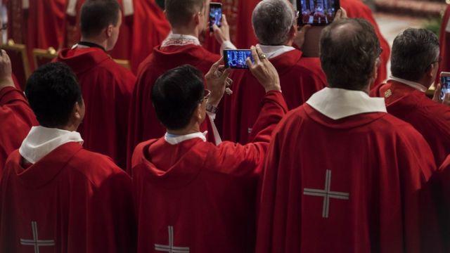 Священики зі смартфонами
