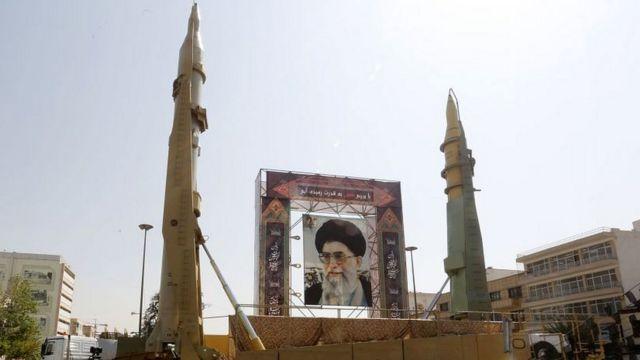 портрет Хомейни и ракеты