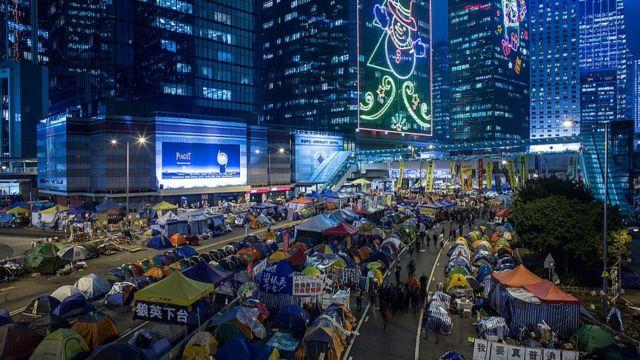 """2014年雨伞运动爆发,张同学发现""""公民抗命""""这种在通识课中习得的知识并非纸上谈兵"""