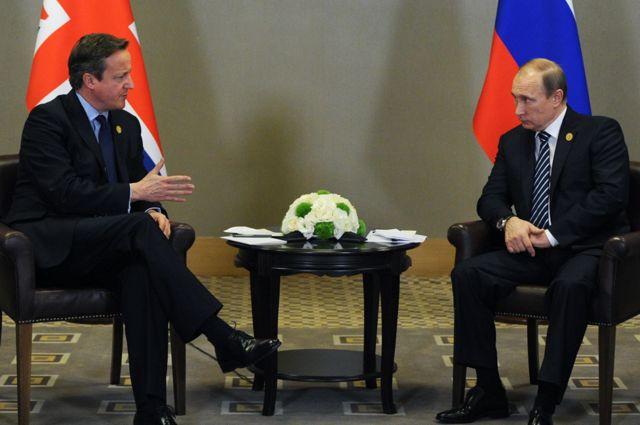 El presidente Vladimir Putin (der.) con el primer ministro de Gran Bretaña, David Cameron, en Antalya, noviembre 16, 2015