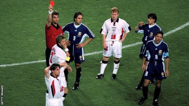 سیمئونه در کارت قرمزی که بکام در یک هشتم نهایی جام جهانی ۹۸ گرفت، نقشی کلیدی داشت. آرژانتین در ضربات پنالتی آن بازی را برد