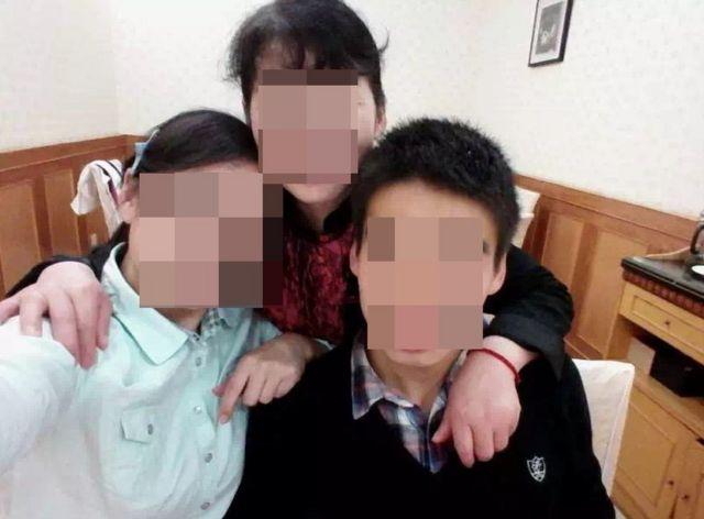 陶崇园(右)生前跟姐姐(左)和妈妈(中)