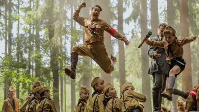 Taika Vaititi (kao Hitler) i Roman Grifin Dejvis u filmu Džodžo zec