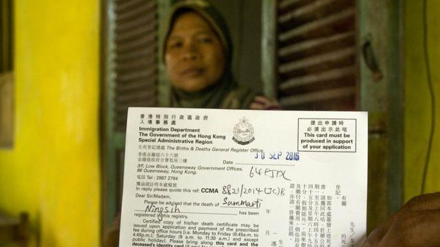 Suratmi, dengan surat kematian anak tercinta yang diterbitkan otoritas Hong Kong