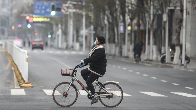 封城后武汉街头的一名骑车女子