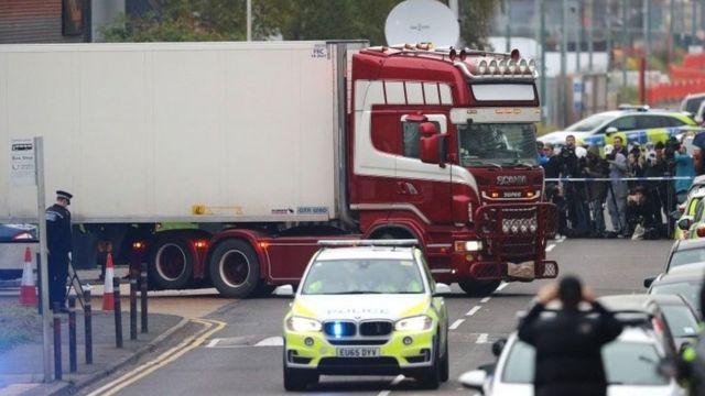 卡车拖车在警察监督下被运离。