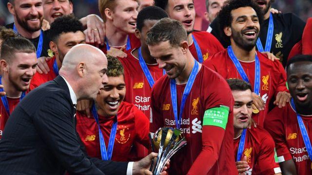 لاعبو ليفربول يحتفلون بالكأس