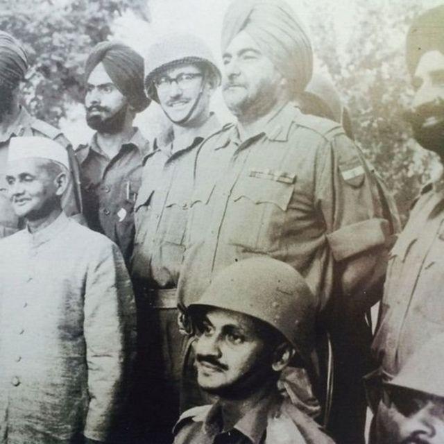 ભારતીય સૈન્યના અધિકારીઓ સાથે લાલબહાદુર શાસ્ત્રી