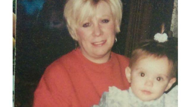 年幼的妮科爾·格蘭姆斯和她的祖母