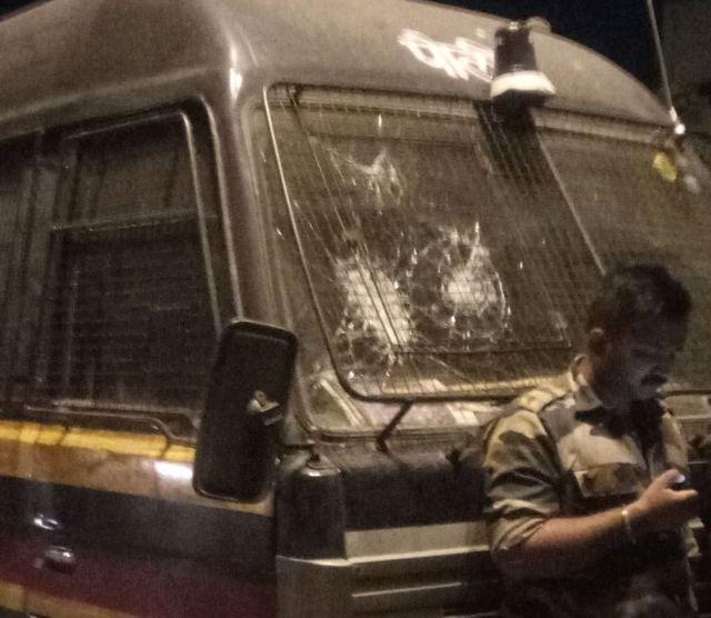 घटनेनंतर पोलिसांच्या वाहनांचीही तोडफोड करण्यात आली.