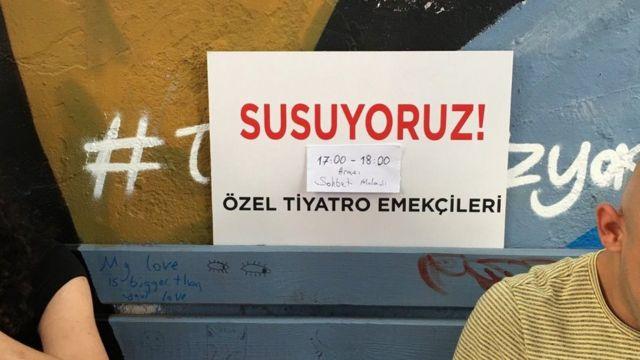 Tiyatrocular 'Susuyoruz' eyleminde soruları yanıtlamak için 17.00-18.00 arasında sohbet molası verdi.