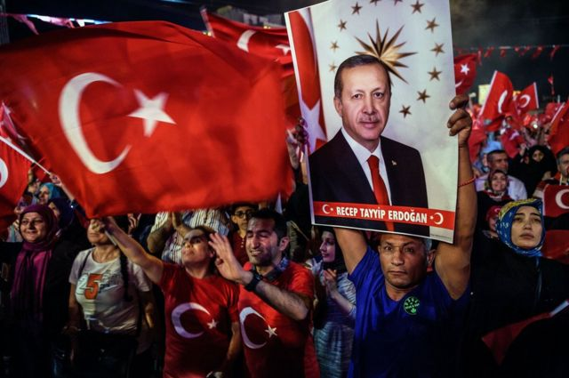 Сторонники Эрдогана на демонстрации в Стамбуле