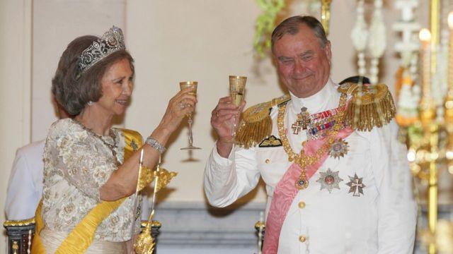 Rainha Sofía da Espanha e o príncipe Henrik da Dinamarca brindam em um banquete em 2006