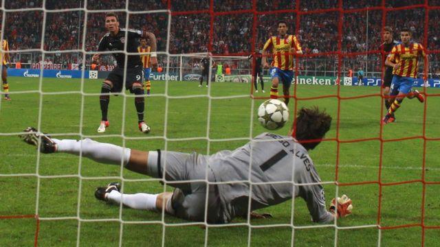 Alves le detiene un penalti a Mandzukic