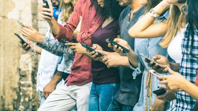 gente usando celular