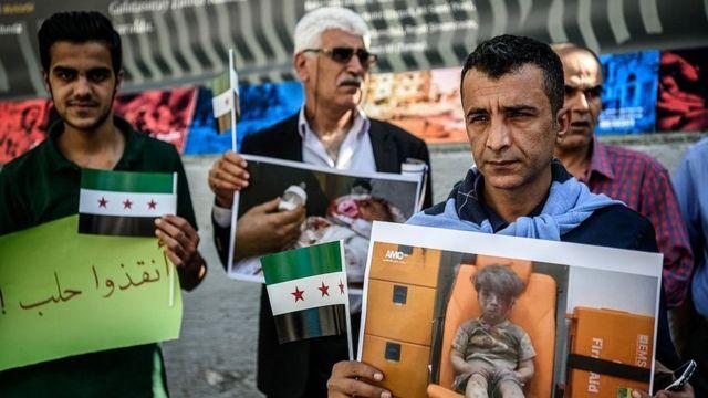 عکس عمران کودک سوری در تجمع اعتراضی به وقایع حلب، استانبول، ترکیه