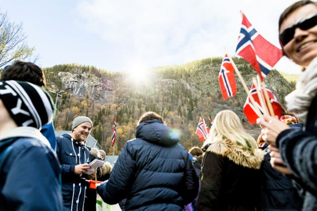 Noruegos con banderas