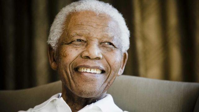 نسلون ماندلا پس از آن که ۲۷ سال در زندان ماند به عنوان نخستین رئیسجمهور آفریقایجنوبی برگزیده شد