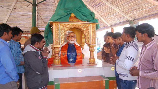 રાજકોટ નજીક નરેન્દ્ર મોદીની મૂર્તિ સમક્ષ પ્રાર્થના કરતા લોકો