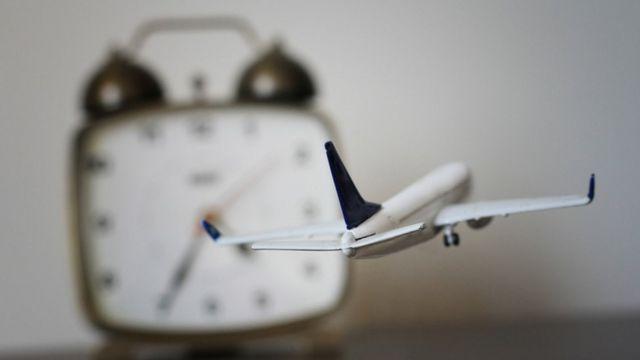 Avión con reloj de fondo.