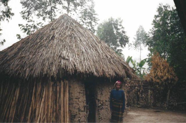 La mère de Peter se tient devant la maison où il a grandi