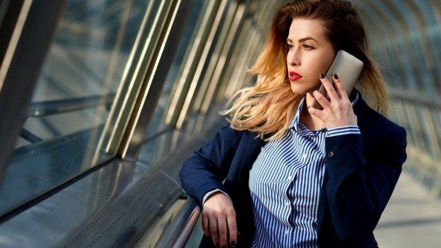 Француженка говорит по телефону