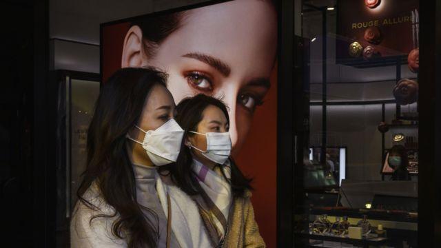 Dos mujeres en un centro comercial de Pekín.