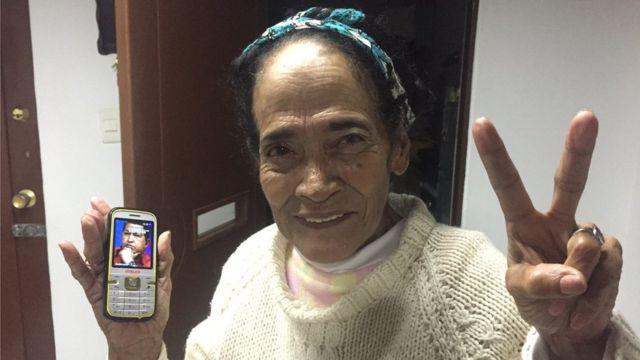 Esperanza Peña con su celular