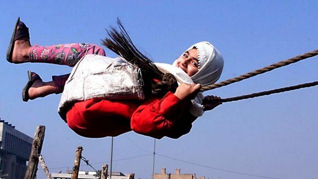 Иракская девочка на качелях