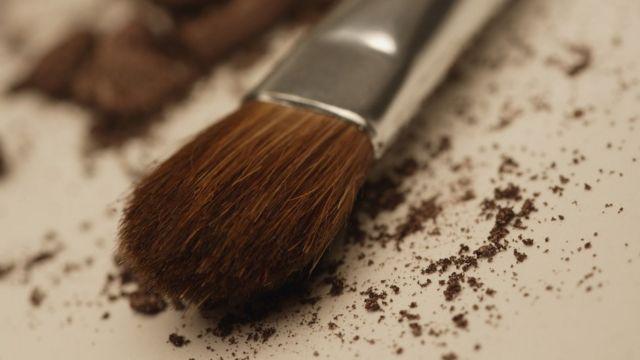 Las brochas de maquillaje a menudo acumulan polvo y otros residuos difíciles de eliminar a mano.