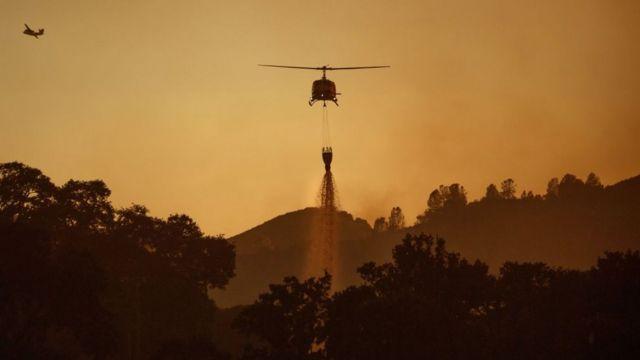 Helikopteri gase vatru u Kaliforniji