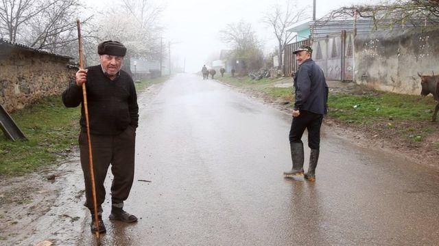 Qiyas Əliyev (solda) uzun illər Rusiyada çalışıb, 2005-ci ildə kəndə ailəsinin yanına dönüb