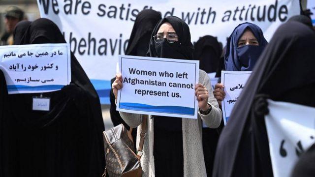 """Группа женщин на демонстрации в поддержку """"Талибана"""""""
