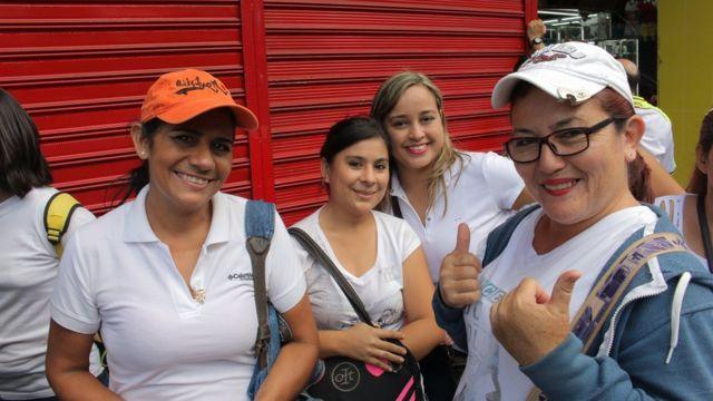 Compradoras venezolanas vestidas de blanco.