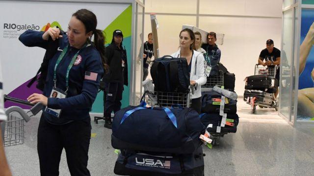 Un grupo de atletas estadounidenses a su llegada a Río.