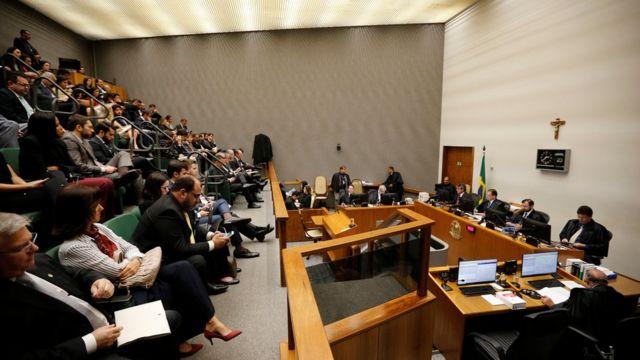 Vista ampla de sala onde ocorre sessão do STJ que julga apelo de Lula