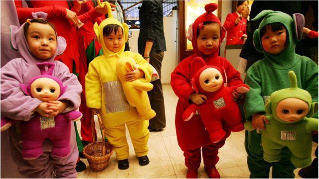 """Niños con muñecos """"Teletubbies"""""""