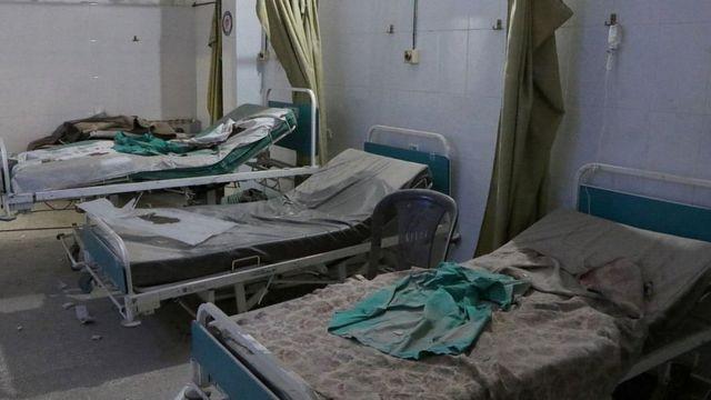 نمایی از بیمارستان صحرا که بعد از حمله هوایی تخلیه شده است