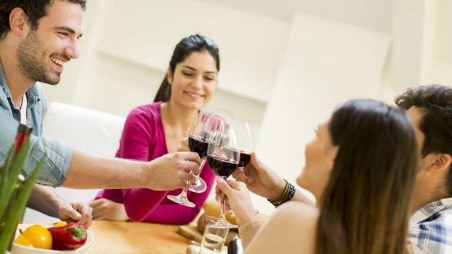Amigos brindando com vinho tinto