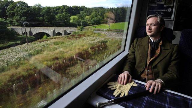 Актер Джон Маккей Фергус, изображающий Вальтера Скотта в поезде , идущем из Эдинбурга в Скоттиш-Бордерз