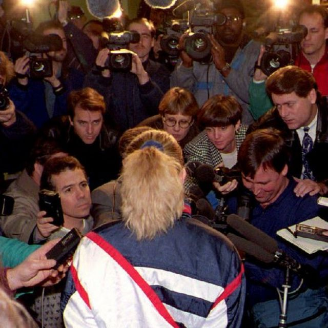 Tonya Harding em frente a dezenas de repórteres e câmeras