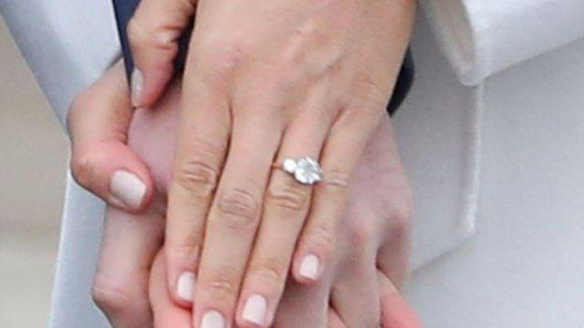 馬克爾還向記者顯示她戴的鑽石訂婚戒指。