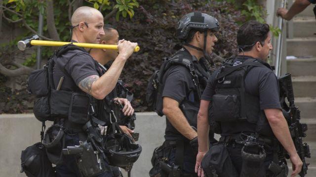 """""""Todo empieza con los video de reclutamiento de la policía, en los que se muestran a agentes que sostienen rifles, vestidos con armaduras y que usan la fuerza"""", dice el experto."""